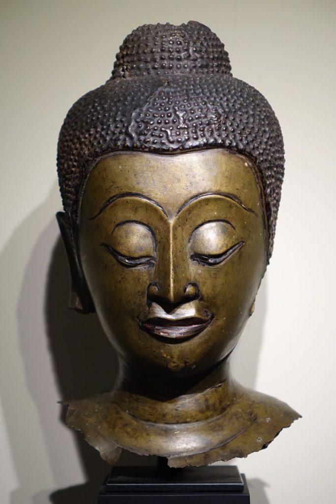 Sculpture Tête de Bouddha en bronze Ayyuthaya 17ème siècle Antiquités la Crédence Antiquaire Paris