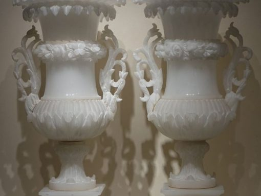 A pair of Medici alabaster vases. Circa 1880 antique store la credence paris